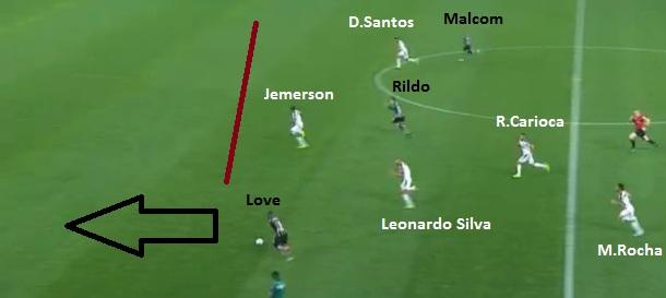 Flagrante do início do contragolpe no gol corintiano: Love arranca às costas da defesa com muito espaço pela esquerda para arrancar e servir Malcom.