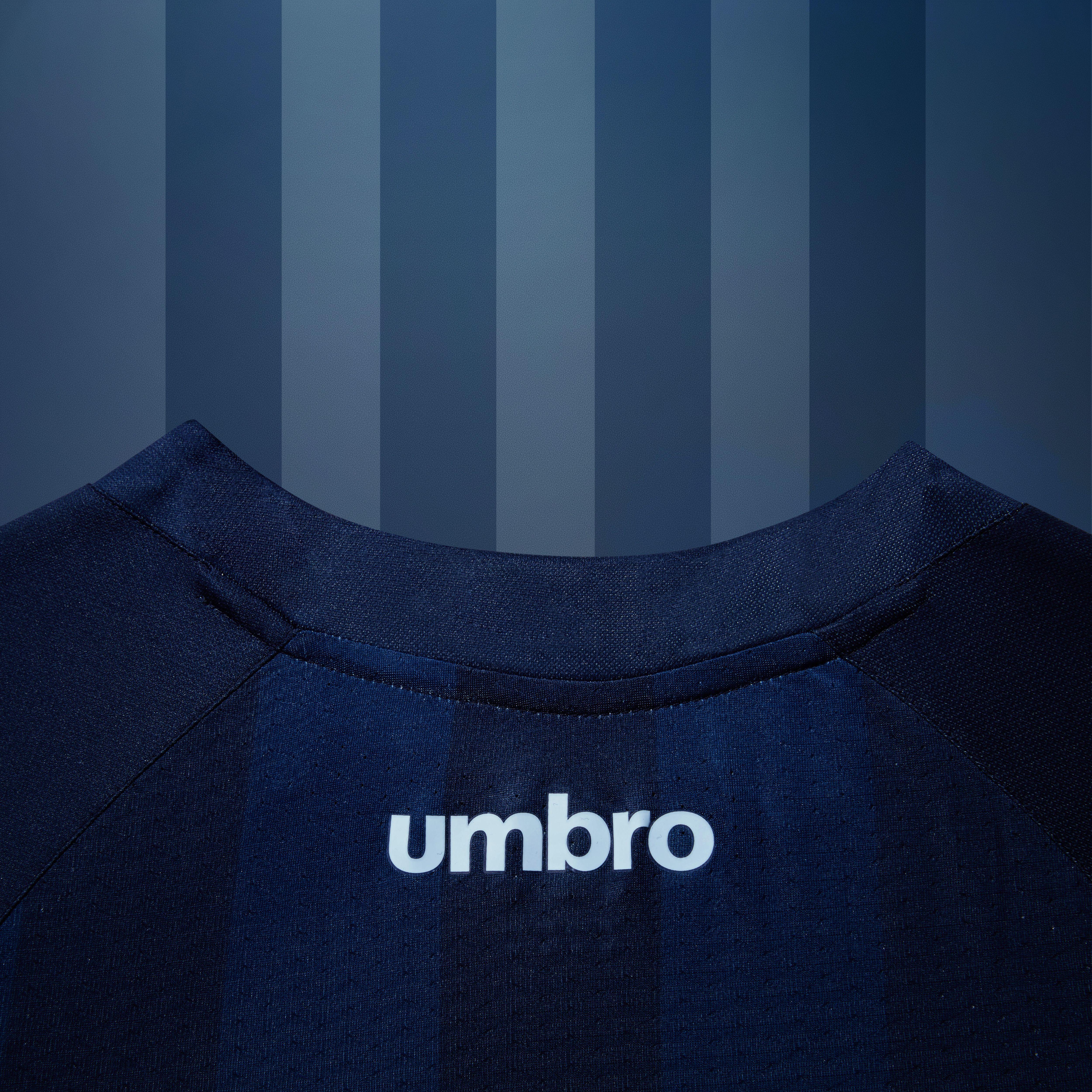Barcelona apresenta novo uniforme 2 azul turquesa   A camisa que ... 1734af1fc0e3e