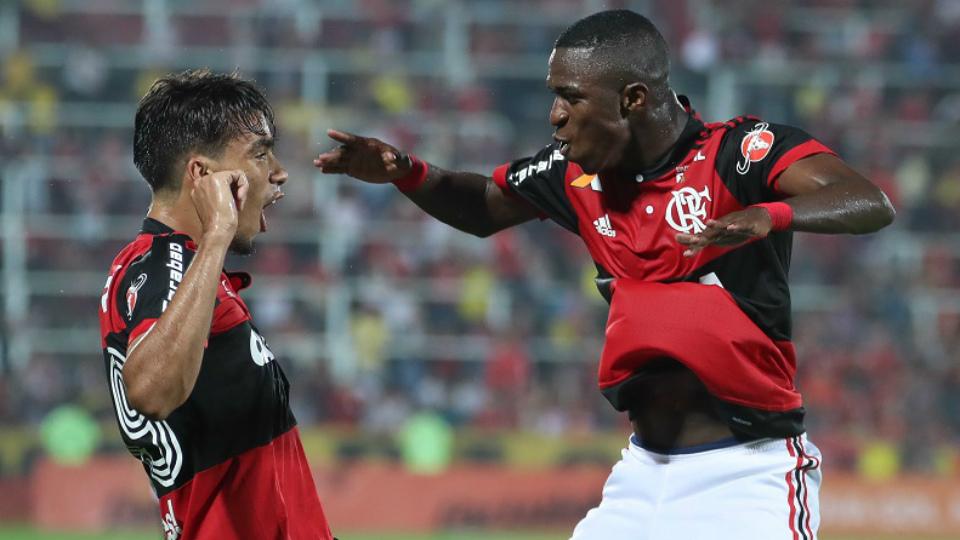 f2b242d3b9 Vinícius Júnior e Lucas Paquetá comemoram gol sobre o Atlético-GO na Ilha  do Urubu