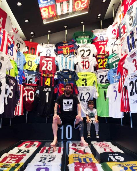 Messi mostra sua incrível coleção de camisas no Instagram 505cf0c638bd9
