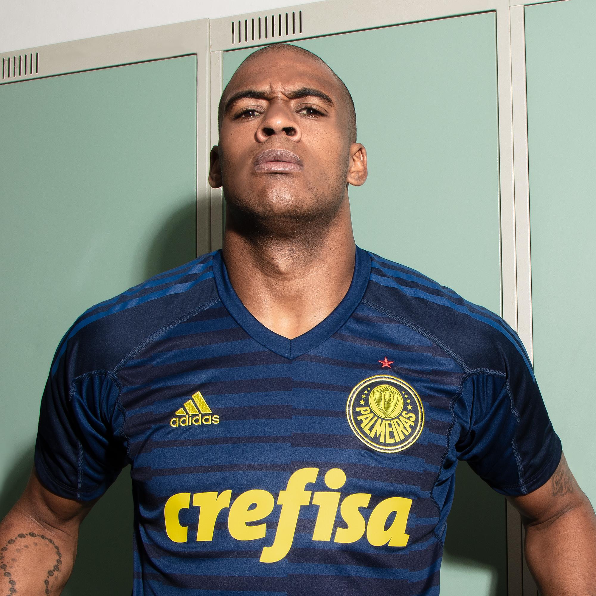 O Palmeiras e a Adidas apresentaram nesta quinta-feira a nova camisa de  goleiro do time para 2018. O uniforme chega na cor azul a11b60a44016e