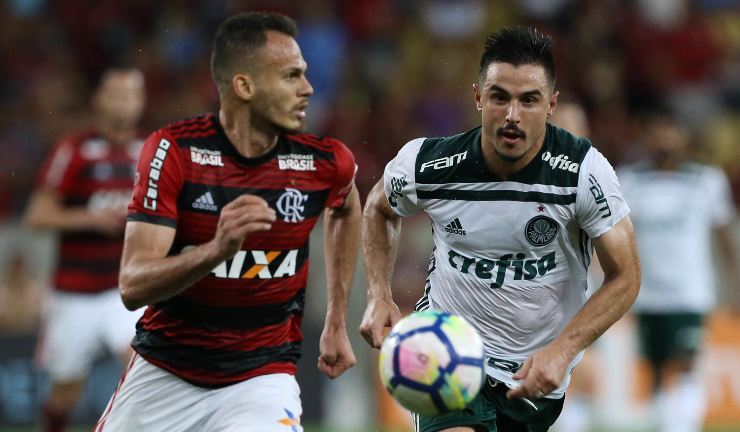 Renê, do Flamengo, e Willian, do Palmeiras, disputam jogada