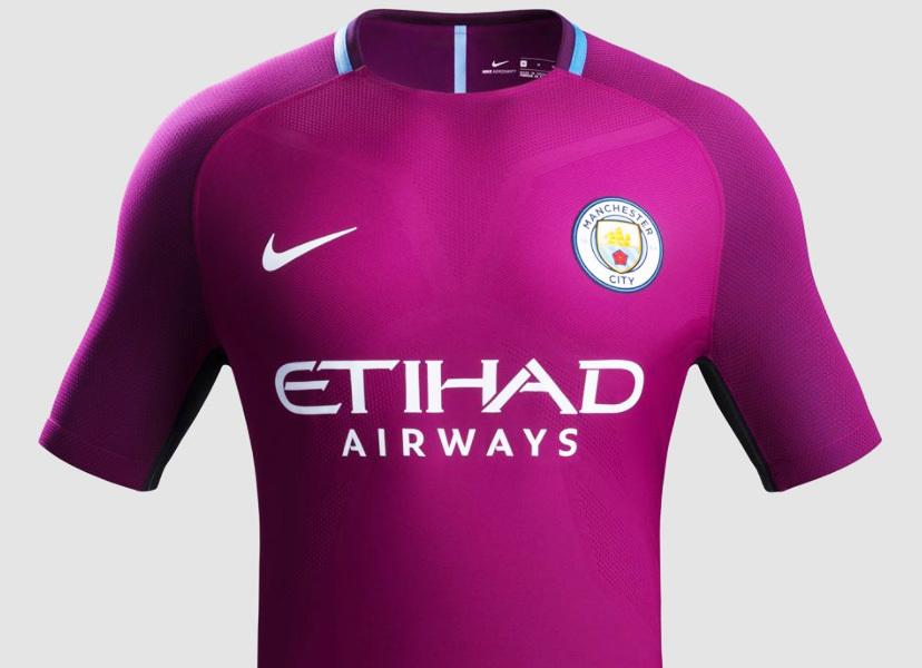 b18f4d5771 O uniforme já está à venda na loja do City por 90 libras (R  373).