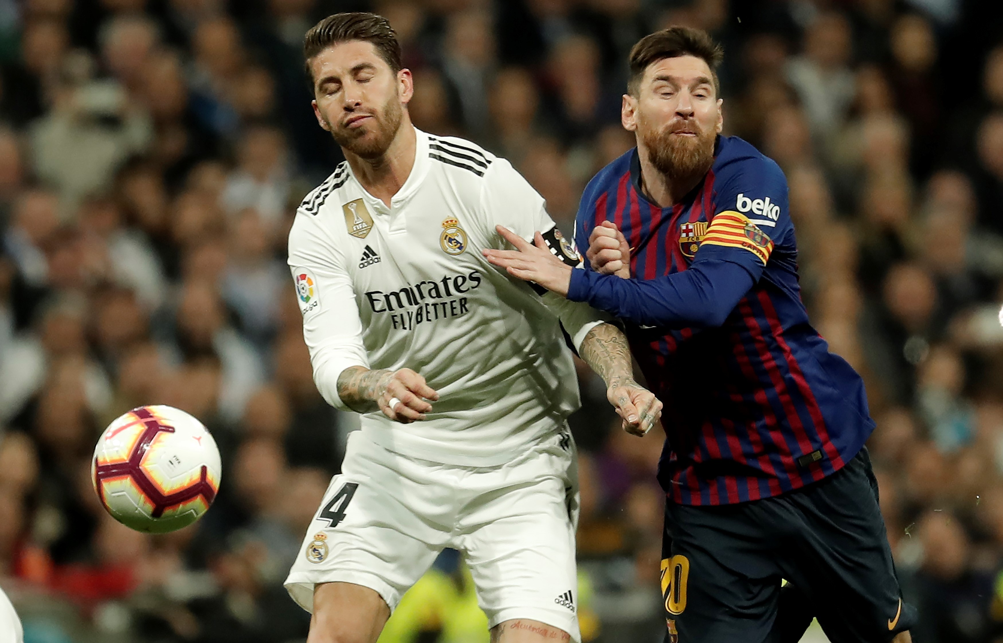 Messi, do Barcelona, e Sergio Ramos, do Real Madrid, disputam jogada