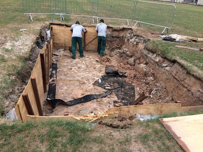 Funcionários começam a cobrir o buraco aberto no gramado do Maracanã