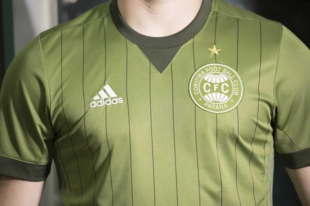 A nova camisa já está à venda na loja do Coxa por R  247. efc394715645f