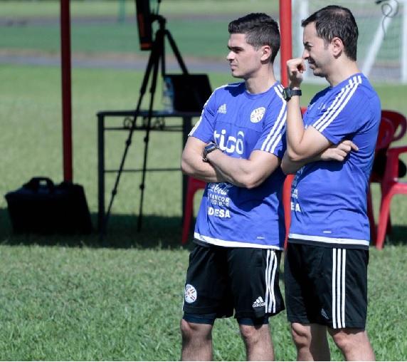 Bruno Alves (à frente), fisiologista da seleção paraguaia de futebol, que enfrentará o Brasil