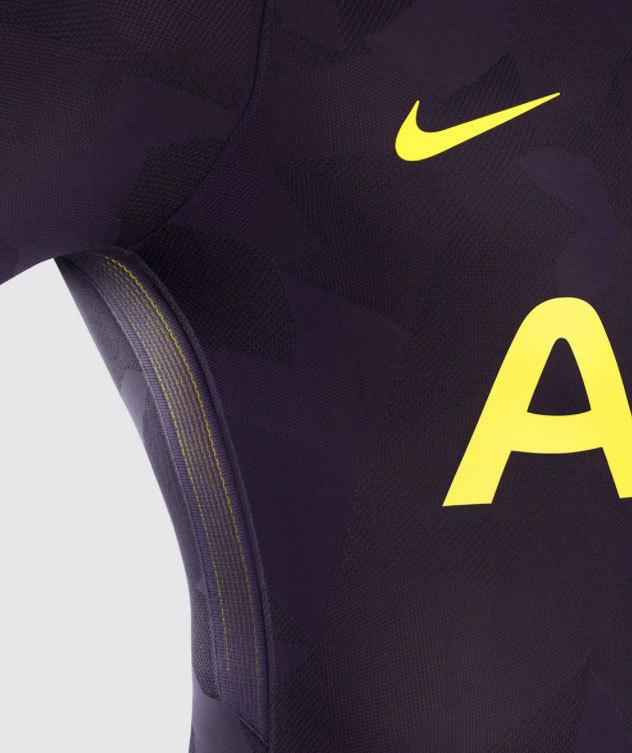 b8f76ba977 Camisa 3 do Tottenham é detonada nas redes sociais   Parece vômito ...