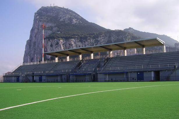 Victoria Stadium e o Rochedo de Gibraltar. Vitória histórica do Lincoln Red Imps