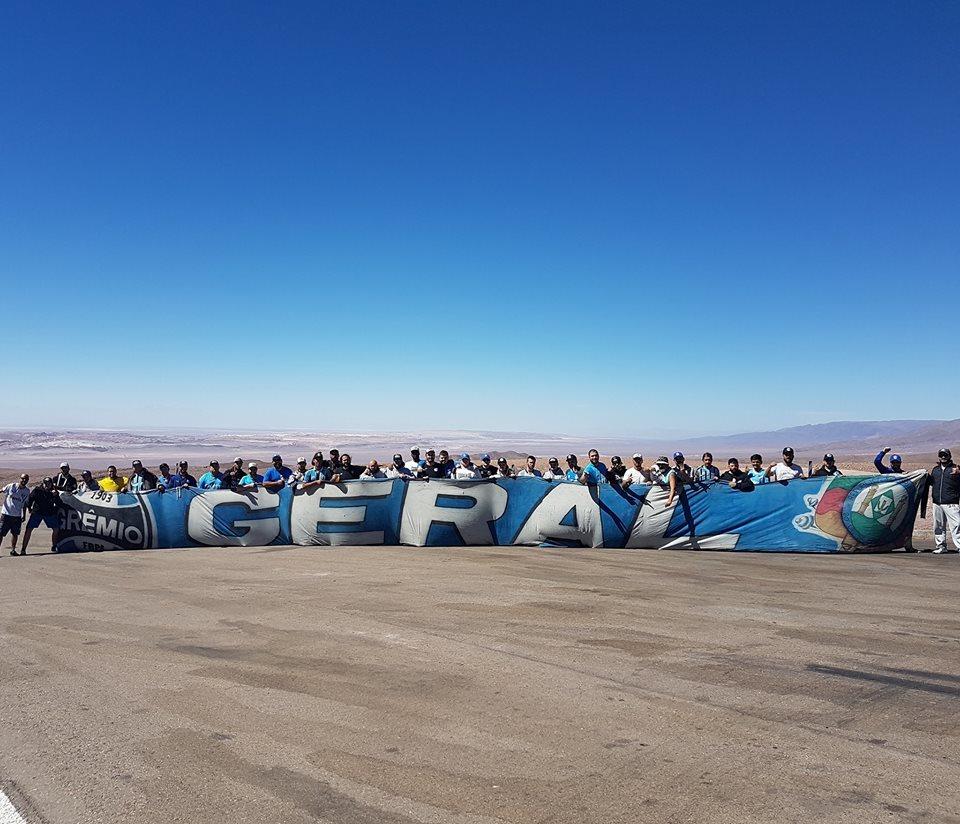 14250a4e03 Integrantes da Geral do Grêmio em parada no deserto do Atacama  11 dias na  estrada