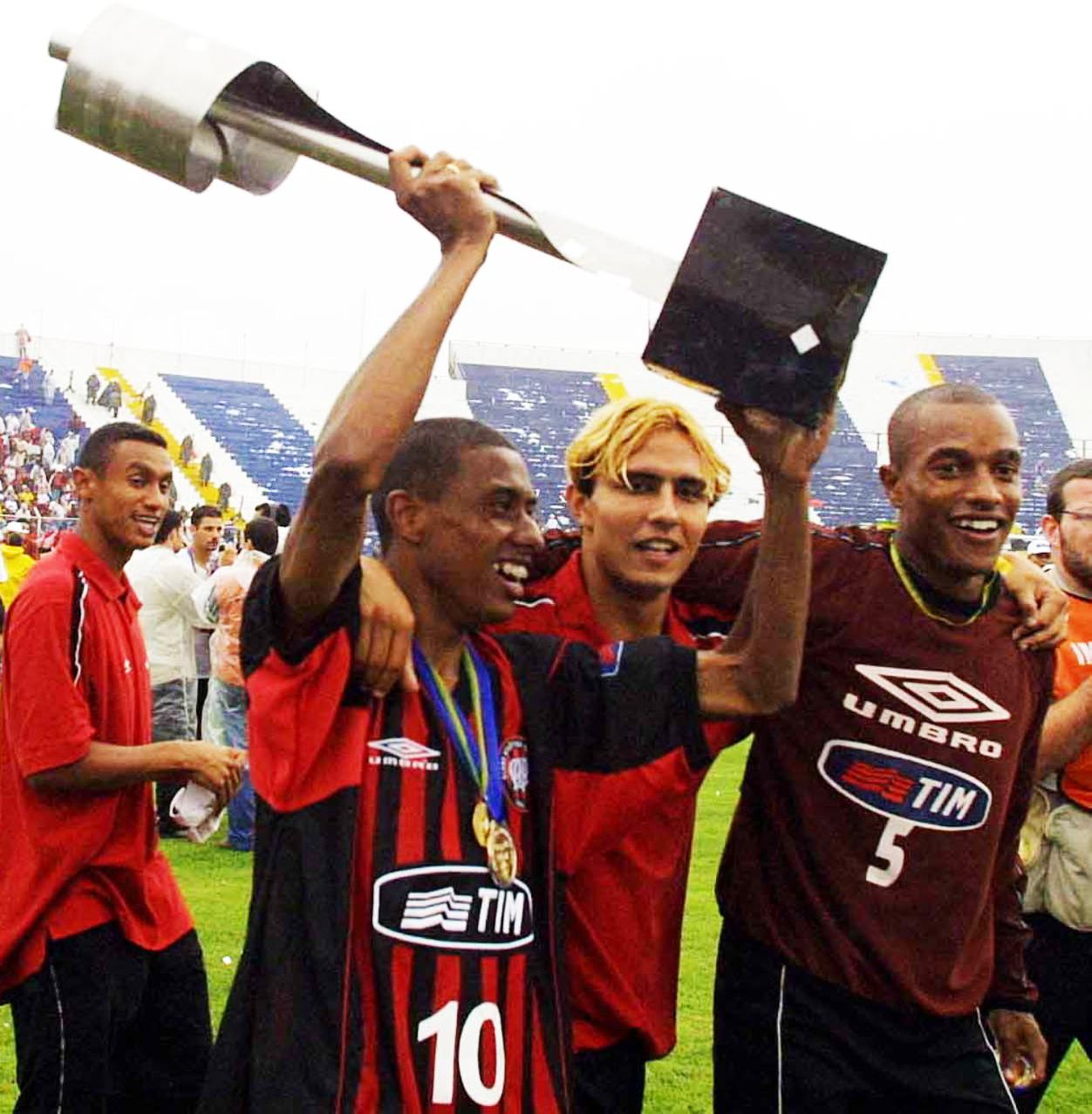 Kleberson Comemora Trofeu Campeonato Brasileiro Atletico-PR 23/12/2001