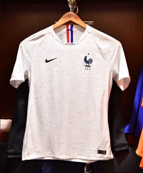 França apresenta novas camisas 1 e 2 para a Copa do Mundo  d1b5c62983bed