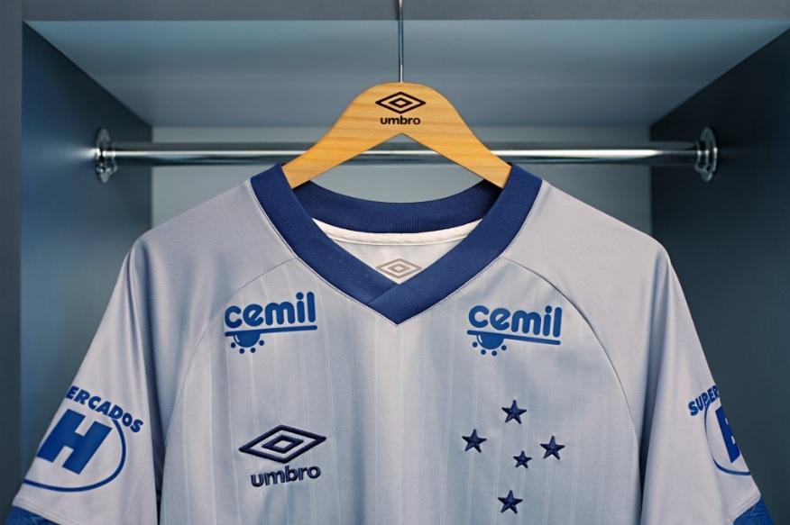 9c68d79d0d Cor de troféu   Cruzeiro apresenta nova camisa 3 prateada