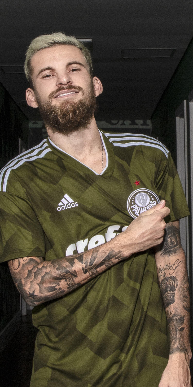Messi mostra sua incrível coleção de camisas no Instagram 080a98700c484