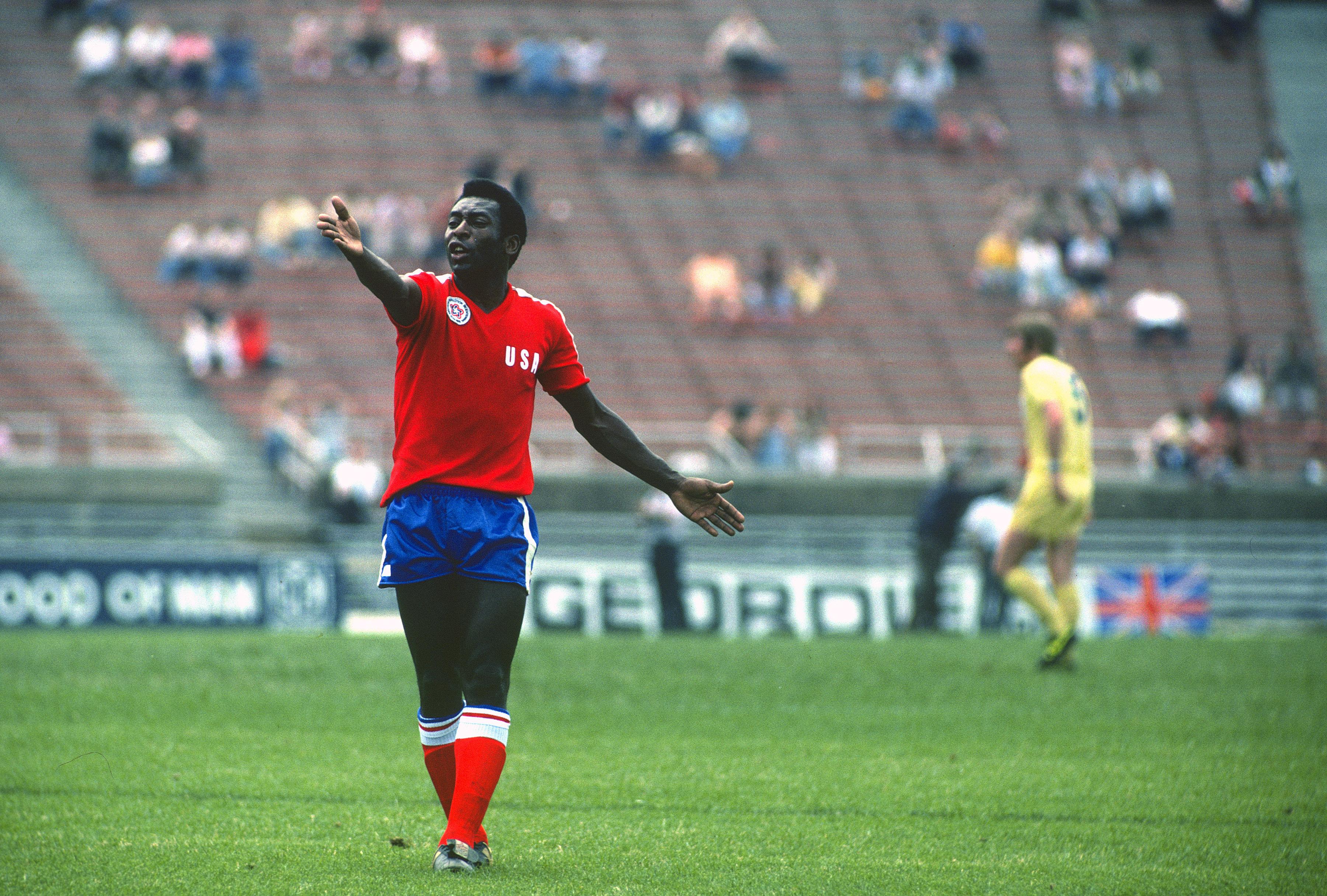 Pelé defendendo a seleção de estrelas do Campeonato Norte-Americano a4a7333f963db