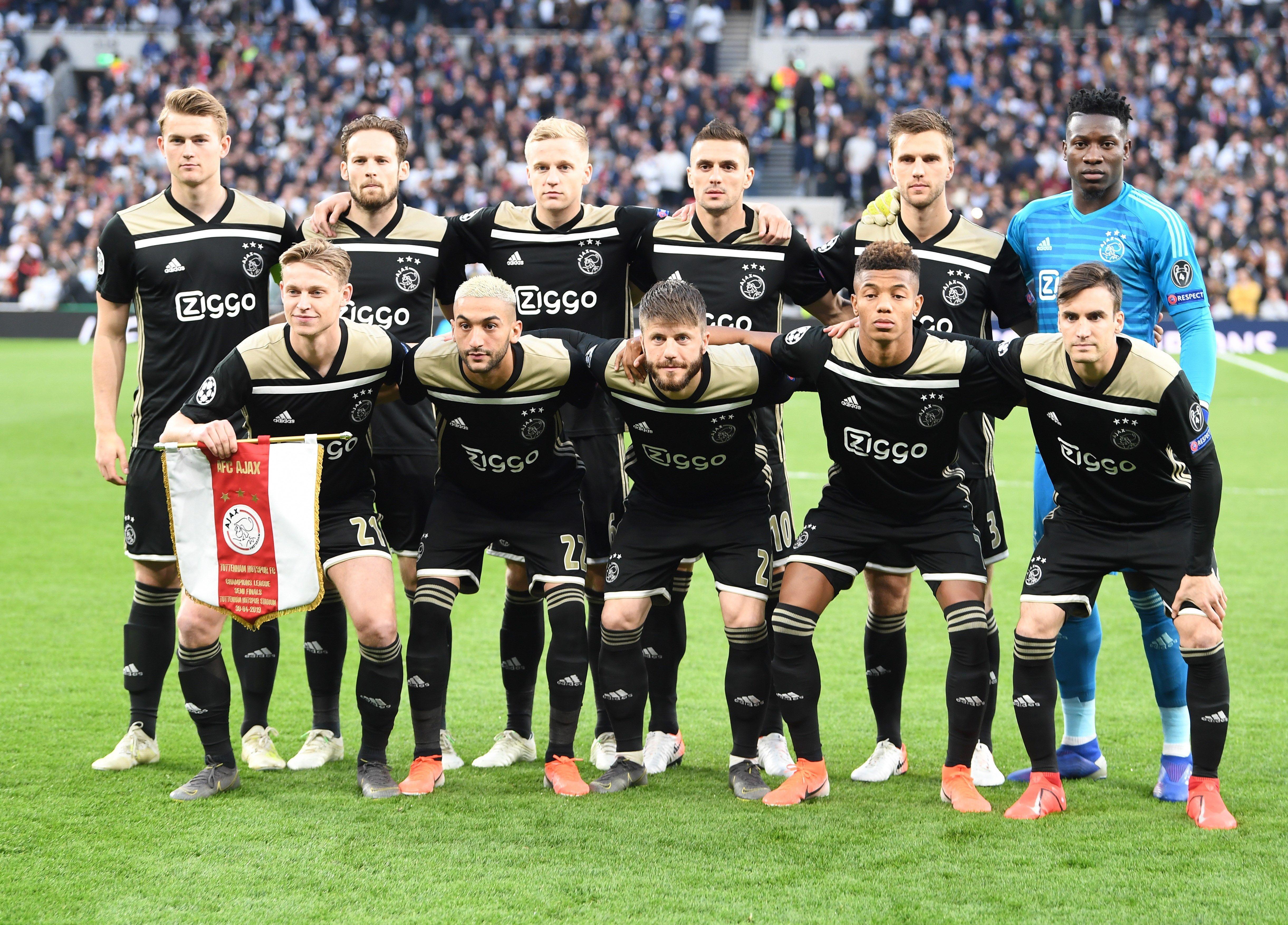 4d662fa8a Jogadores do Ajax posados antes de jogo contra o Tottenham