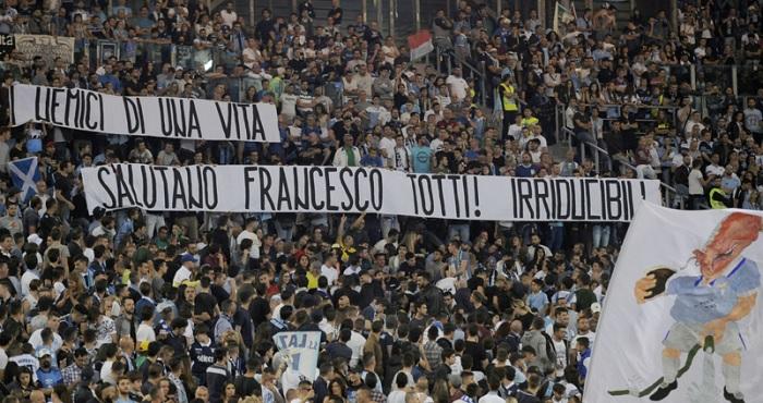 As faixas exibidas pelos torcedores da Lazio: respeito dos 'inimigos de uma vida'
