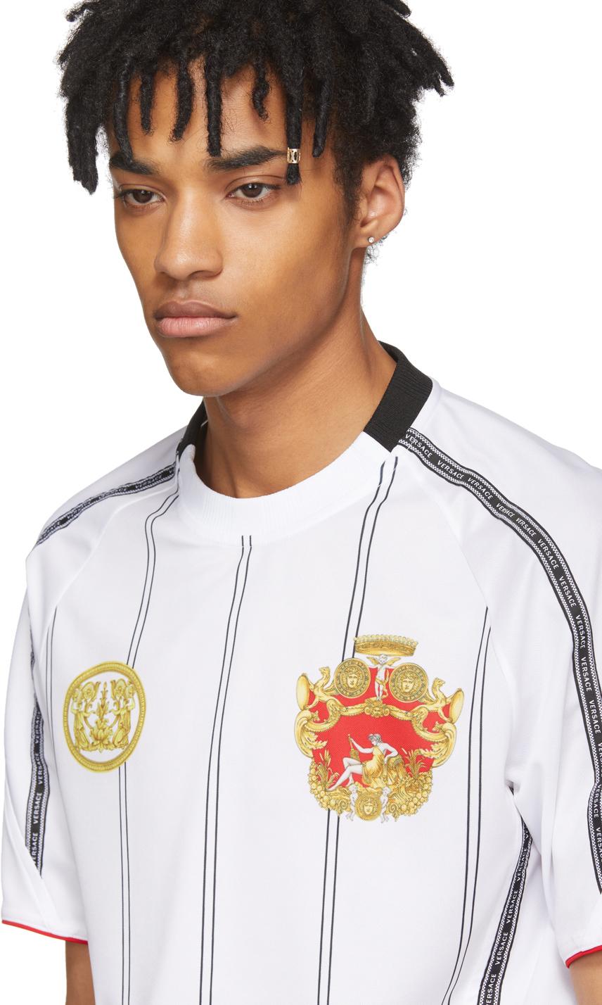 f159f01b33 A marca se inspirou no design das camisas de futebol e lançou a White  Football T-Shirt
