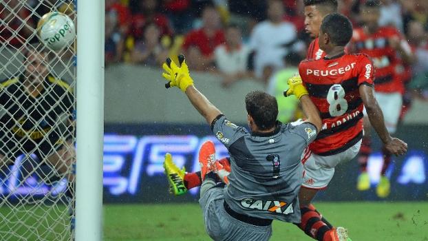 Márcio Araújo marca o gol do título carioca de 2014 contra o Vasco: última taça do Flamengo