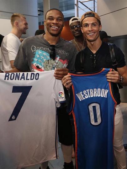 1f9c2d2519 Cristiano Ronaldo troca camisa com estrela da NBA após jogo do Real ...