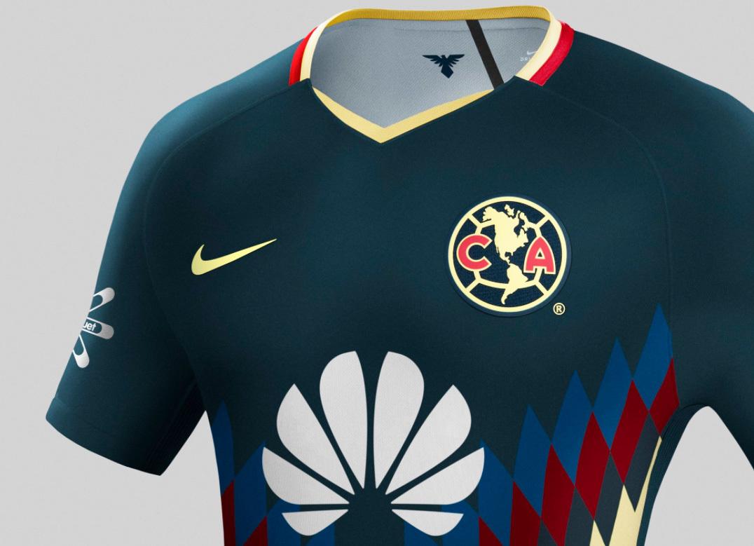 fc29f8713b O uniforme estará em breve à venda na loja oficial do clube da Cidade do  México.