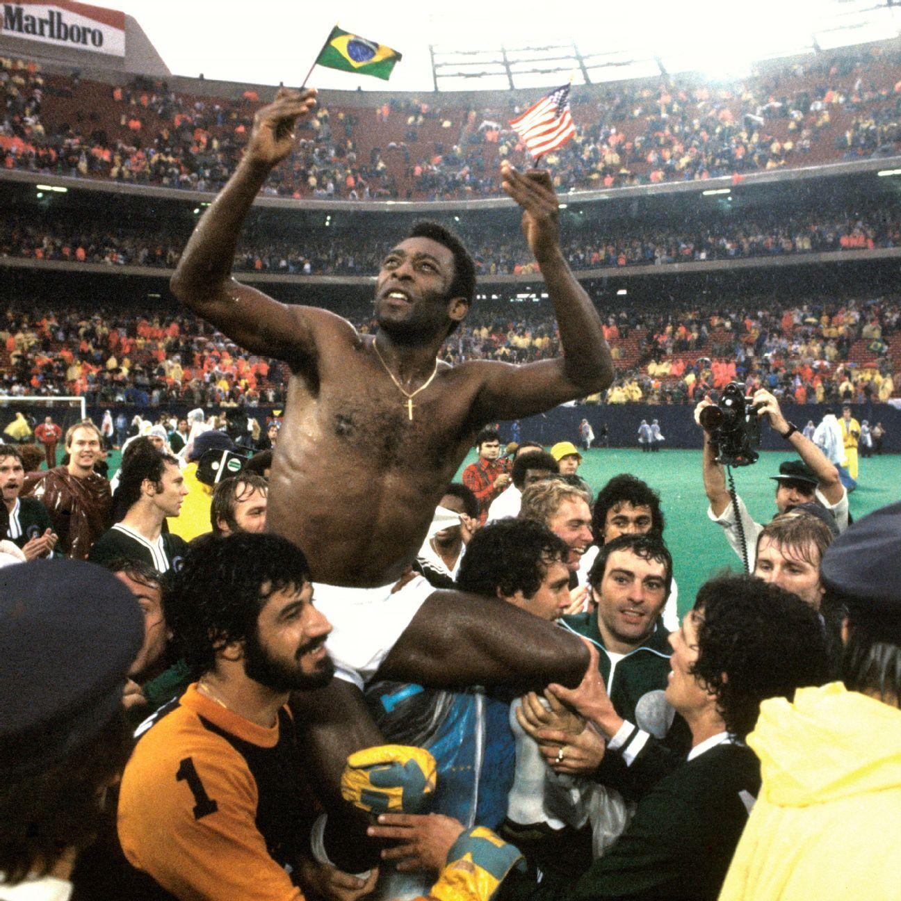 Pele é carregado por seus companheiros de Cosmos no Giants Stadium após seu jogo de despedida, há 40 anos
