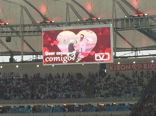 Telão mostra PM pedindo mulher em casamento no intervalo de Flamengo x Botafogo