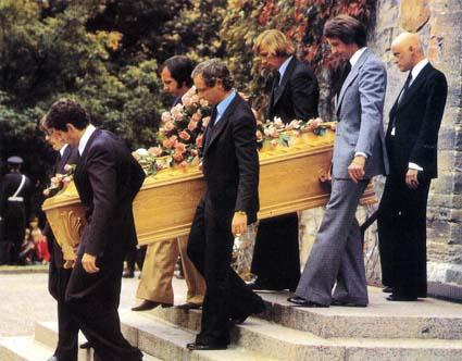 John Watson, Emerson Fittipaldi, James Hunt, Niki Lauda, Jody Schekter e Åke Strandberg carregam o caixão de Ronnie Peterson. Atrás, Gunnar Nilsson