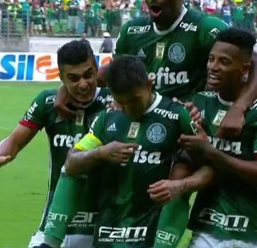 Dudu comemora golaço contra o São Paulo apontando o logo do patrocinador