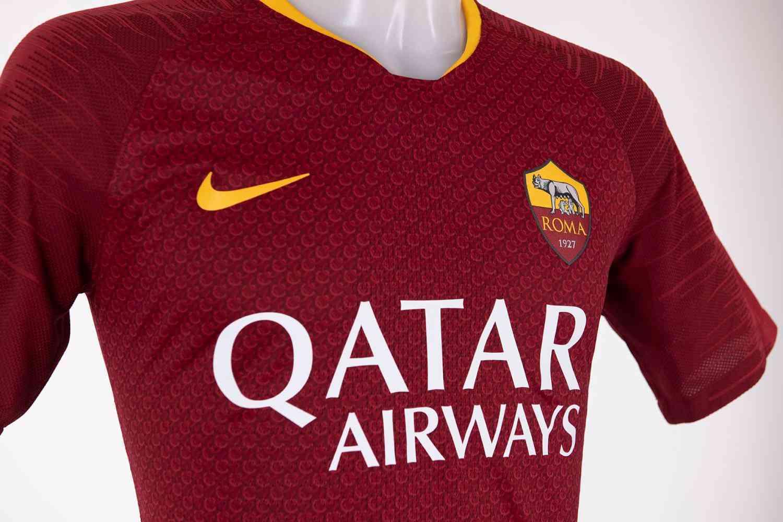 O uniforme está à venda na loja oficial da Roma na web. 8a5f35e311d1f