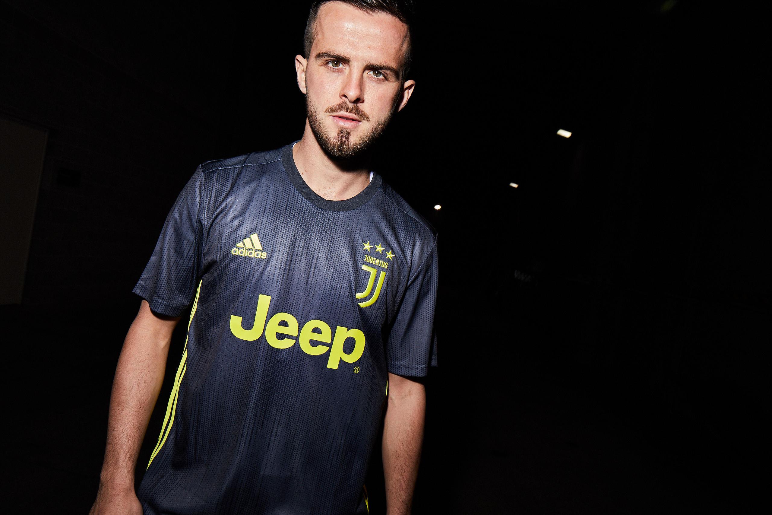f2ba61f943 O uniforme já está disponível nas lojas Adidas e no adidas.com.br Juventus.