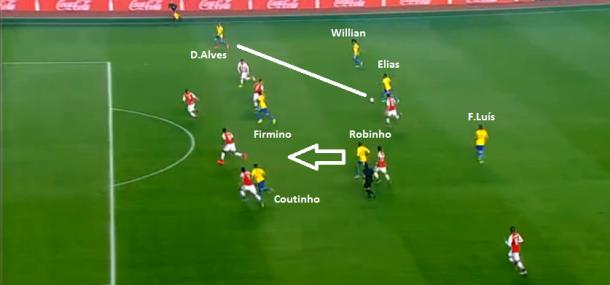 Jogada do gol brasileiro começou na esquerda com F. Luís e chegou a D. Alves do lado oposto até encontrar Robinho chegando de trás - jogo coletivo!