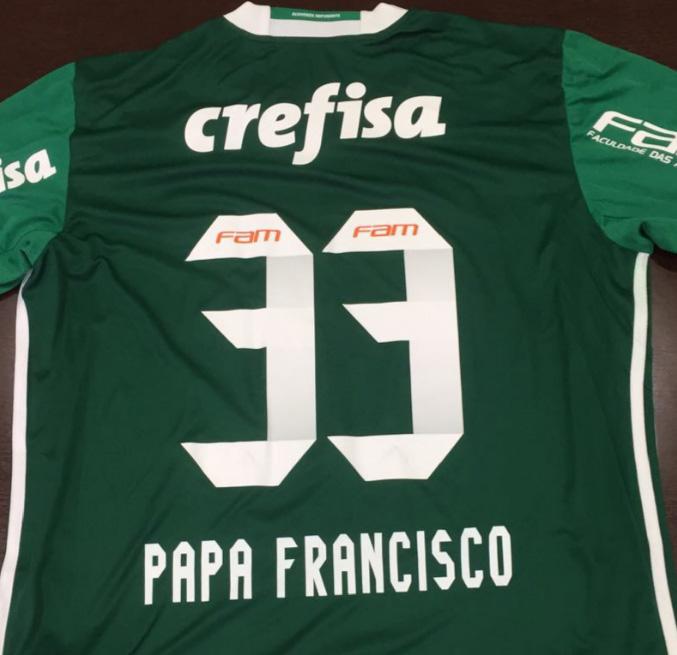 Papa Francisco ganha camisa do Palmeiras com direito a patch ... 21477117bdb47