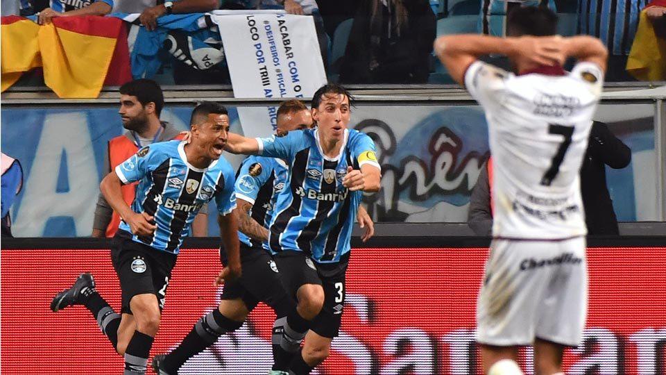 Grêmio derrota o Lanús no fim e abre vantagem