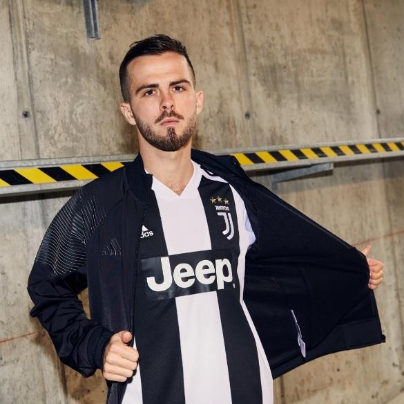 0217188ab8 A nova maglia já está à venda na loja oficial da Juventus.