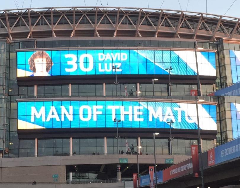 Telão em Wembley anuncia David Luiz como o melhor em campo contra o Tottenham