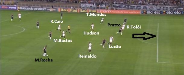 Flagrante de Rodrigo Caio voltando de um bote irresponsável à frente dos volantes e abrindo o buraco que Marcos Rocha acionou Pratto no primeiro gol.