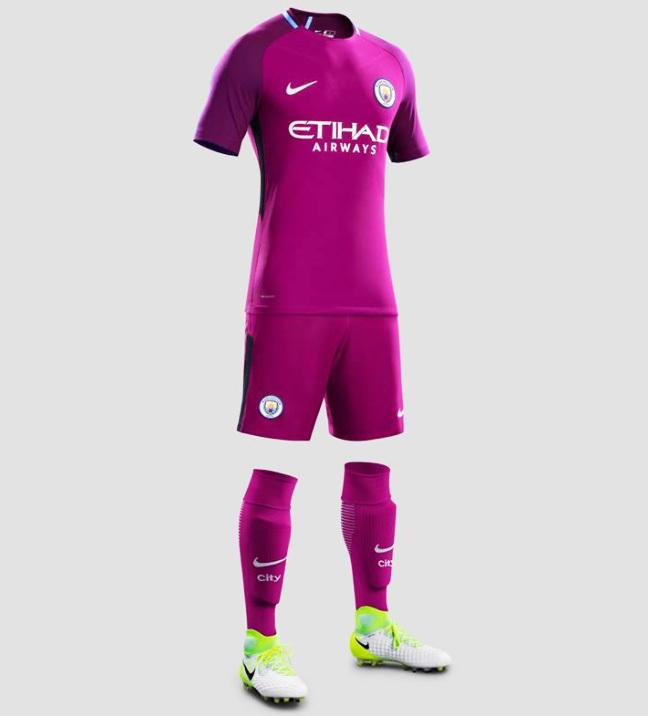 58e03bdc72 O uniforme já está à venda na loja do City por 90 libras (R  373).