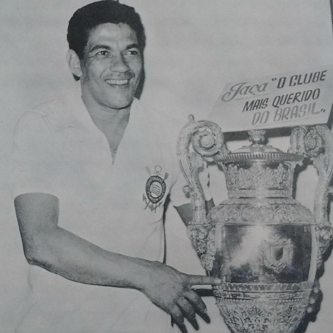 d5c91e40841ad Garrincha com a camisa do Corinthians na sala de troféu do clube
