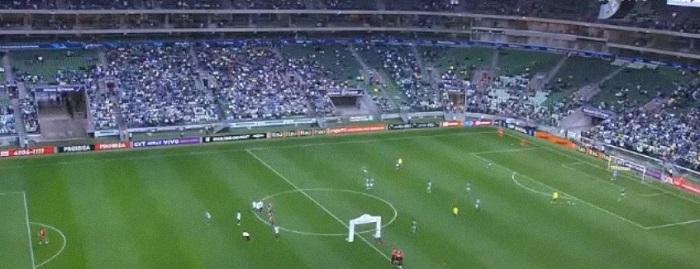 Instantes antes de a bola rolar para Palmeiras x Ponte Preta, muitos lugares vazios no Allianz Parque