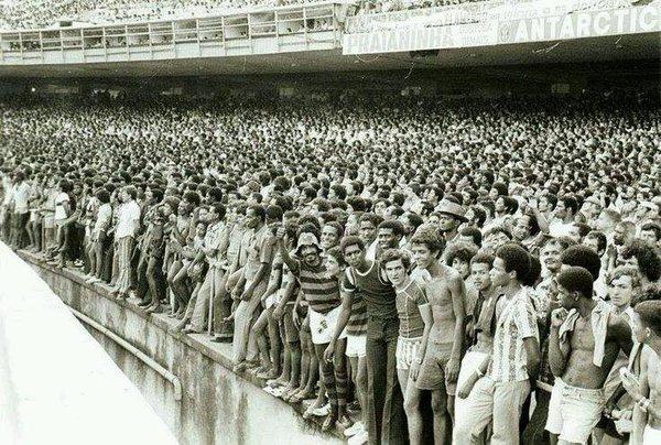 Torcedores na geral superlotada no antigo Maracanã nos anos 1970: setor popular, estádio democrático