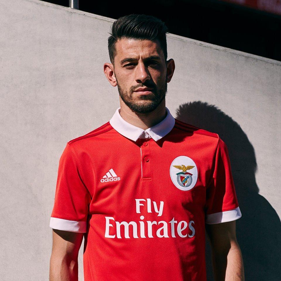 dfd4f3aa2c A camisa já está à venda na loja online do Benfica por R  340.