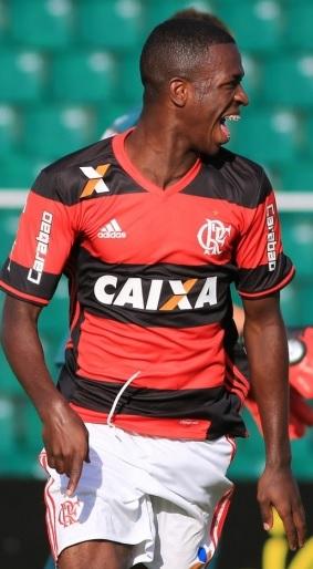 Vinicius Júnior em ação contra o Figueirense