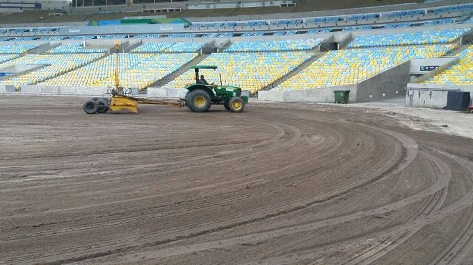 Máquinas nivelaram o campo do Maracanã na preparação para receber o gramado