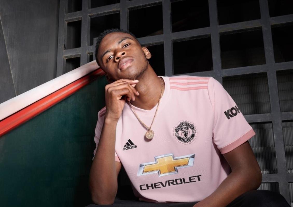 8562ce0de0 Manchester United homenageia jornal em nova camisa 2 cor-de-rosa ...