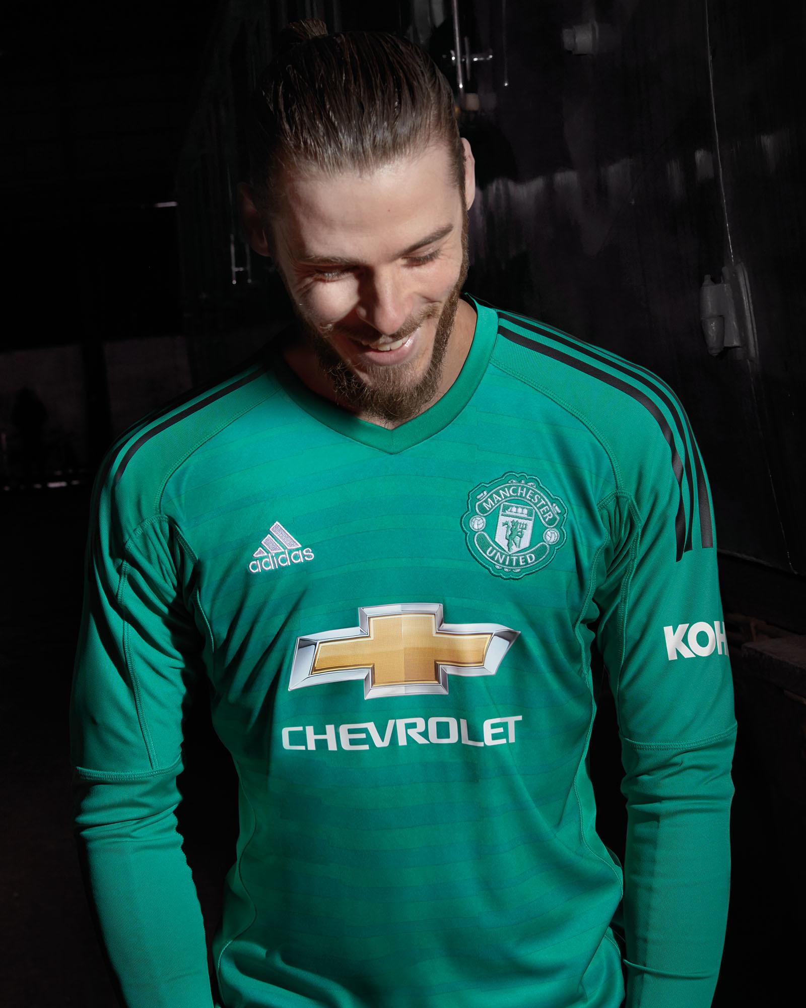De Gea veste a nova camisa de goleiro do Manchester United 411df084f1a04