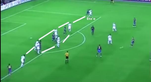 Barcelona x Internazionale em 2010: No duelo entre Guardiola e Mourinho, 18 jogadores em vinte metros, linha de handebol italiana e Eto'o de lateral.