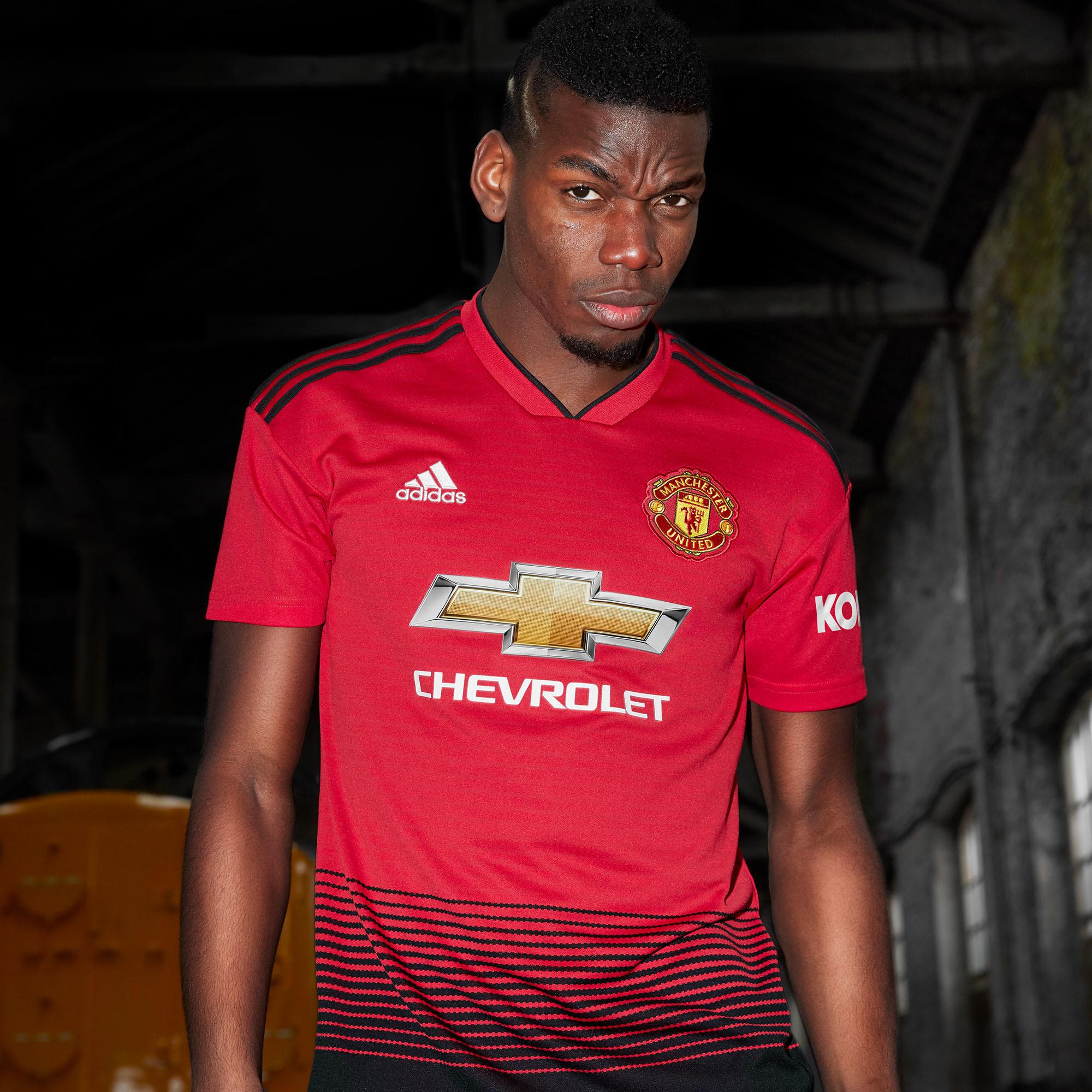 dd88fa6472 Pogba apresenta nova camisa do Manchester United