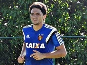 Matheus Ferraz participou do treinamento do Sport nesta terça