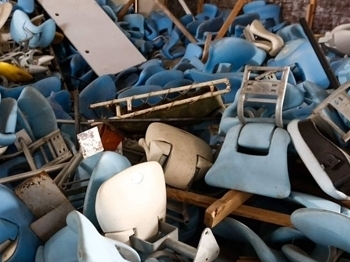 Cadeiras das arquibancadas agora como entulho no Maracanã